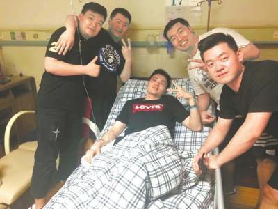 受伤的副驾驶徐瑞辰(中)。忻晓松摄