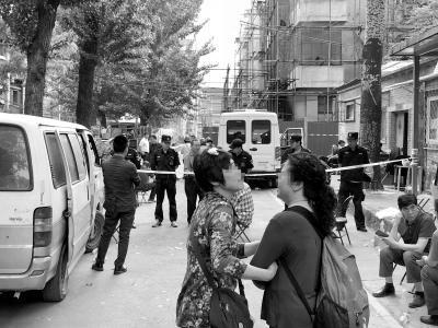 5月6日,火场第一次向住户开放。两位街坊在警戒线外相拥。
