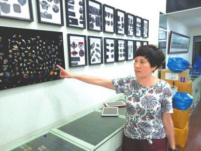 章华妹介绍她的服装辅料产品,购买这些服装配件的顾客来自全国各地。
