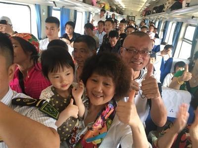 孕妇生产后,乘客们纷纷竖起大拇指
