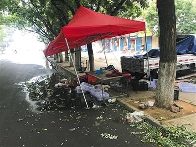 6月7日,煤医道路口一水果摊位,雨棚被撞扭曲变形。新京报记者 刘经宇 摄
