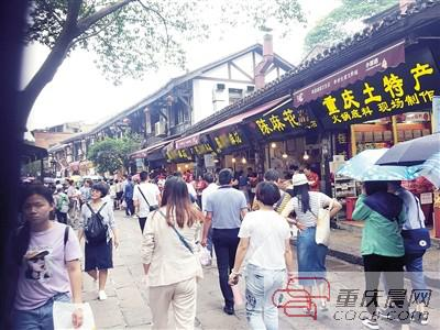 磁器口古镇沿街的麻花商铺。