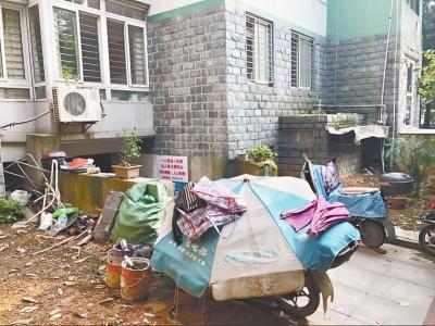 四栋地下室被改成仓库,地下室入口处杂物乱堆放  长江日报记者刘斌摄