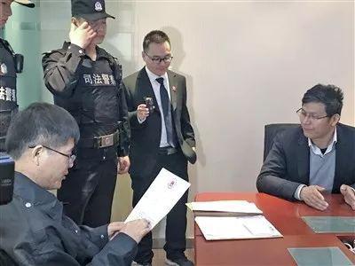 孟凯锋向被执行人宣读法院判决。
