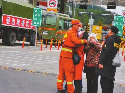 完成西昌扑火驰援九龙火场 消防员在高速路口与家人道别图片