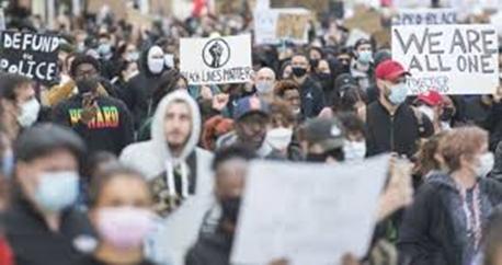 人们在蒙特利尔街头游行抗议。(图源:环球新闻)