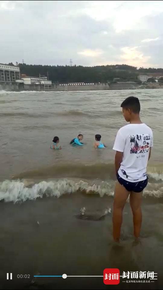四川遂宁2人不顾禁令到网红沙滩游泳被冲走