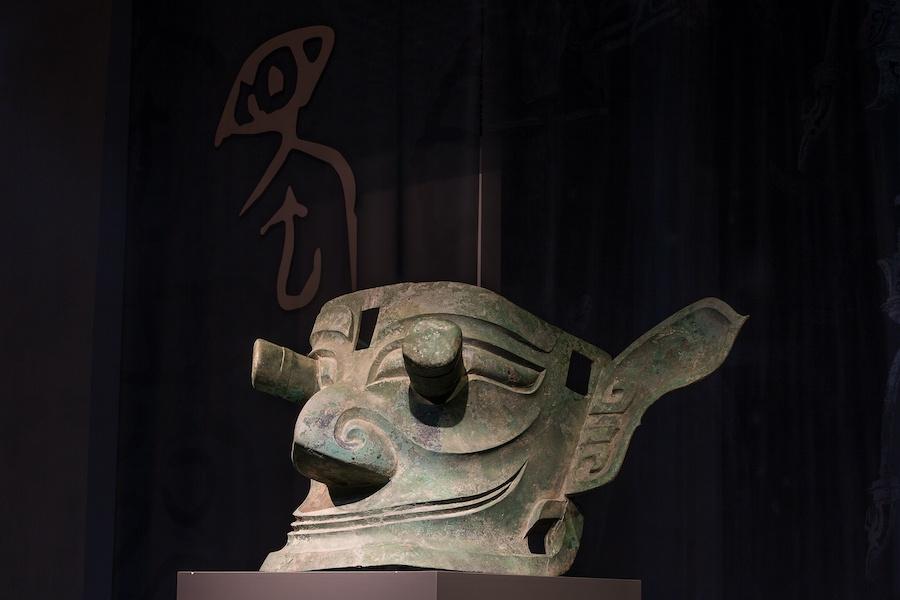 纵目大面具宽136厘米,两颊上下均有榫孔,料到是被高高供奉在宗庙中的,大概代表着三星堆人对眼睛的崇敬。 广西师范大学出书社 图