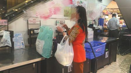 不少市民逛超市仍选择花钱现买购物袋。