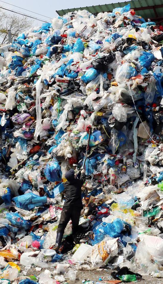 2日上午,韩国光州垃圾场中,未处理的回收垃圾堆成山