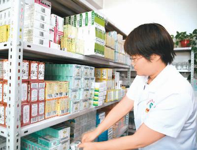 近年来,陕西省西安市积极推进医联体建设,全市已建成涵盖80所二级医疗机构和140所基层医疗机构的医联体46个,形成了上下联动的分级诊疗就医模式。图为5月21日,医护人员在陕西省西安市国际港务区新筑社区卫生服务中心为患者取药。   新华社记者 张博文摄