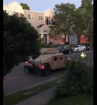 装甲车开路,美国军队朝居民开枪