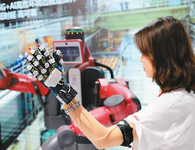 在2018世界移动大会上,工作人员进行5G+人工智能技术展示。新华社记者 方 �瓷�