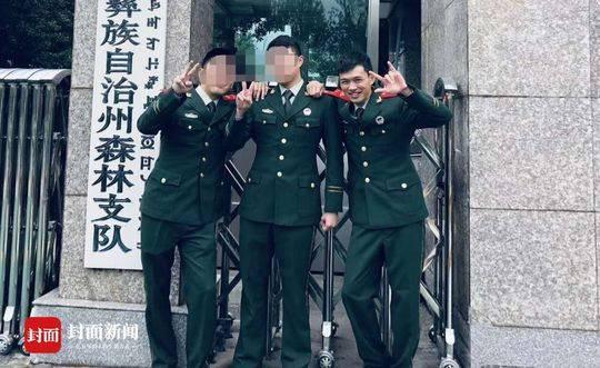 代晋恺(右一)与战友合影