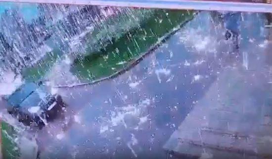 """俄罗斯一道闪电击中电缆 道路瞬间下起""""电光雨"""""""