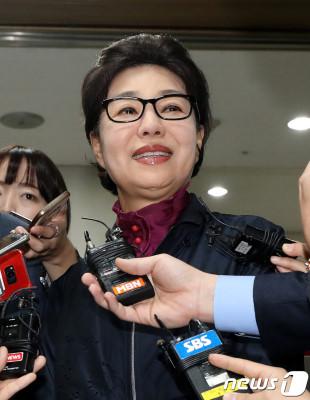 去年一审判无罪,朴槿令笑着走出法庭