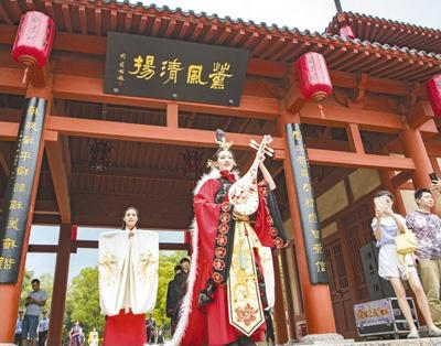 日前,湖北省兴山县昭君村景区为游客新增了一台内容丰富多彩的昭君文化大戏――《昭君出塞》情景剧,包括迎亲仪式、编钟歌舞、兴山围鼓、地花鼓等表演,吸引了众多游客。本报记者 史家民摄