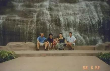 1998年下,王伟(左一)、阮国琴(左二)、郑成(右一)、张瑞琴(左三)在广东疗养期间合影。