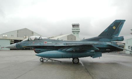 日本两架F2战机空中惊险接触 零部件掉落