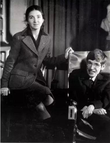 ▲1974年,霍金与简合影。(英国《卫报》)