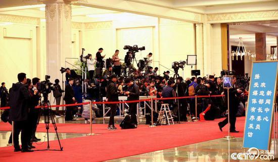 """2018年""""部长通道""""开启前,中外媒体记者提前就位""""排兵布阵""""。(图片来源:央视网)"""