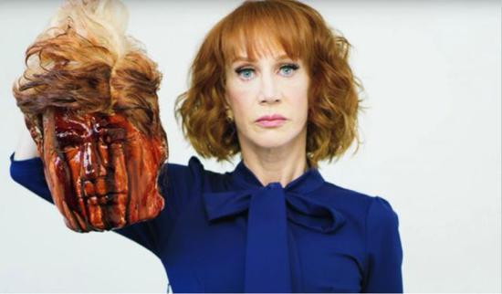 """▲图为当年她因为侮辱特朗普的""""行为艺术"""",之后她被迫道歉并被多家与她有合作关系的媒体机构解约"""