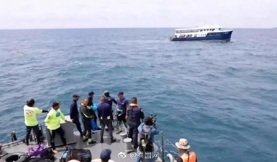 两艘载有中国游客的游船在泰国普吉岛附近海域,突遇特大暴风雨发生