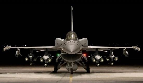"""携带保形油箱的F-16V""""毒蛇"""",具备4.5代战斗机的水准。图源:外媒"""