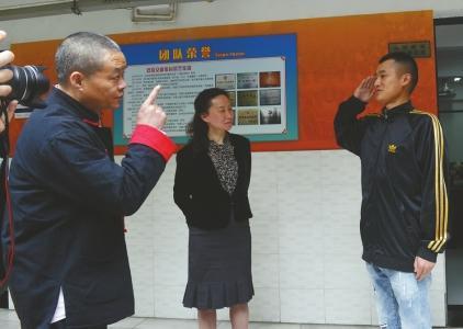 4月13日,放假归到健康故乡的陈一文睹到胡园长给他行了个规范的军礼。