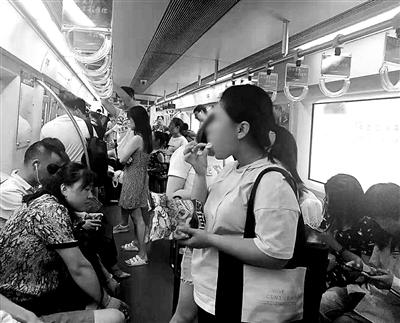 新规已施行两个月 北京地铁仍有乘客旁若无人进食