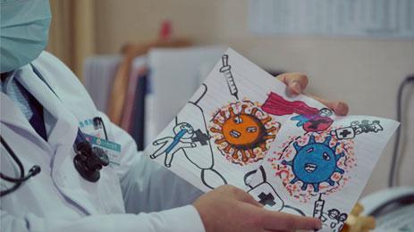 阿马尔大夫收到儿童患者的礼品