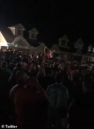 美国大学生开学前办派对,数百人狂欢,没人戴口罩
