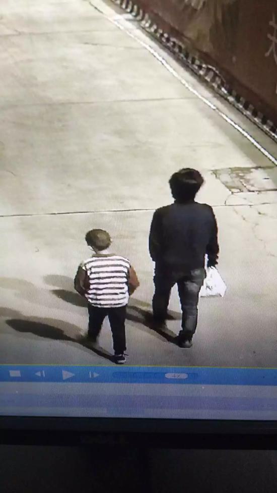 男孩神秘失踪3天:监控3次拍到被同一男子拉走(图)