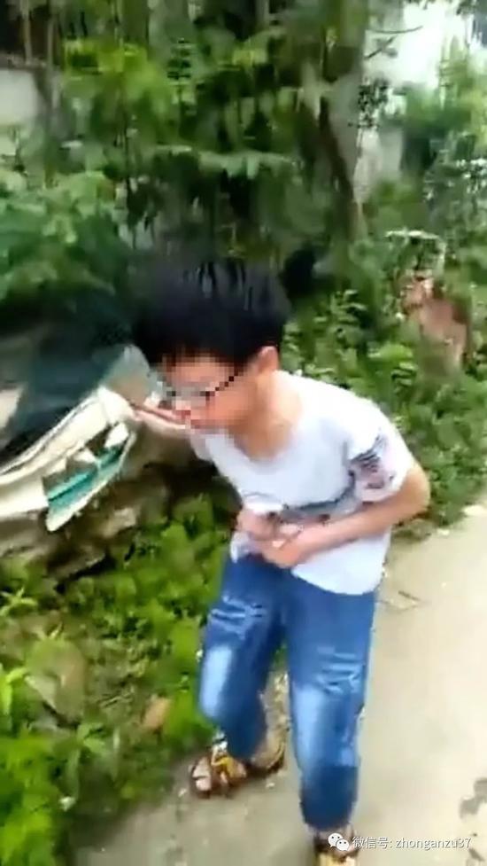 ▲一个孩子站立不稳、出现流鼻血症状。视频截图