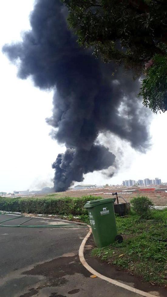 机场跑道浓烟滚滚/图自印度海军发言人推特