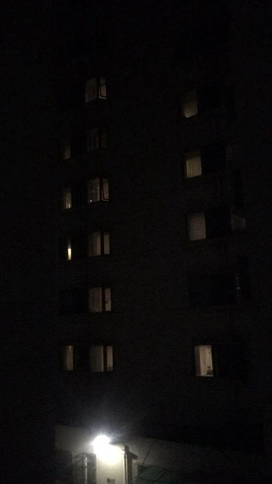 恒行:隔武汉小区居民和湖南医疗恒行队隔空图片