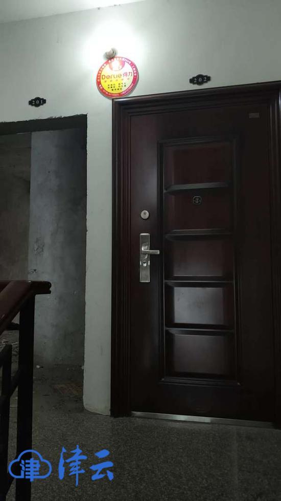 青青爸爸的家(右侧)大门紧闭