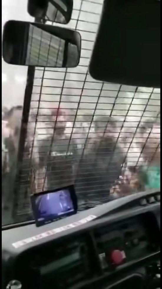 手持棍棒等凶器的暴徒试图将车砸破的骇人过程。(视频截图)