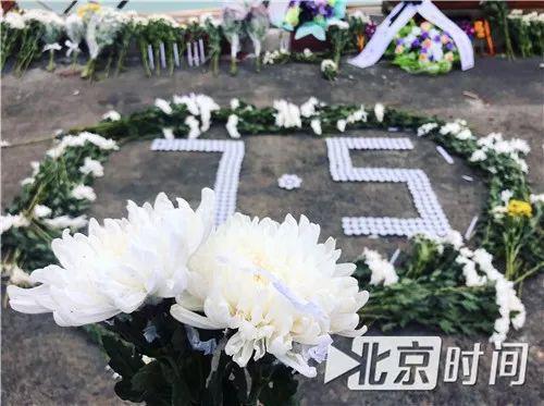 头七祭,当地华裔志愿者在码头摆满菊花。图/北京时间李一凡