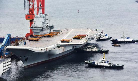 据说有6艘拖轮一齐将002航母拖离码头