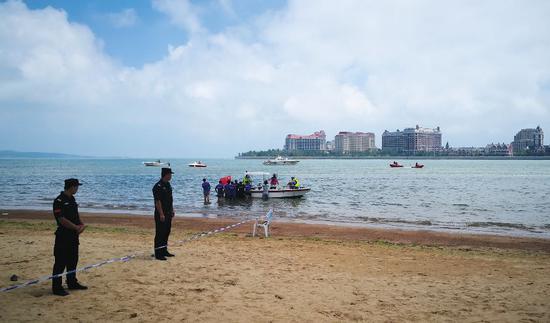 ▲8月6日,事发海滩搜救现场。图片来源:视觉中国。
