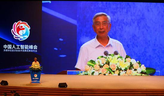 ▲大会主任委员、中国工程院院士倪光南对大会获奖作品进行点评