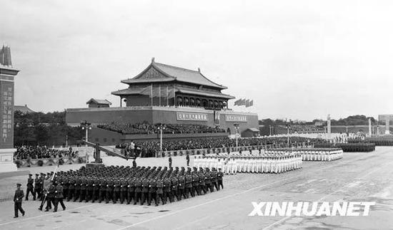 图为中国人民解放军穿着新式军装,以严整的阵容通过天安门广场。新华社记者 袁苓 摄