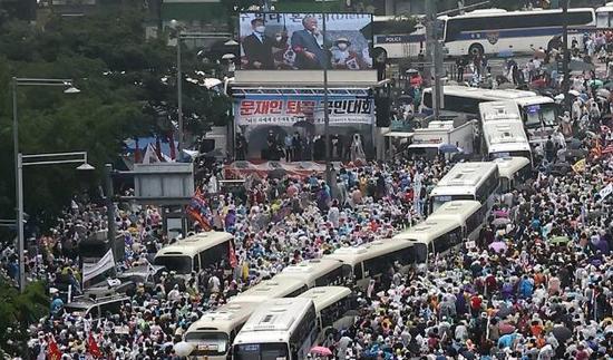 """8月15日,在首尔市光化门广场,""""爱第一教会""""信徒举行大规模集会。 (韩联社)"""