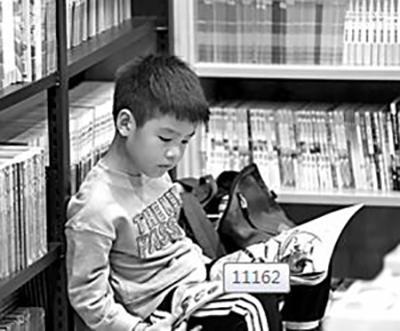 8月5日,孩子在云南新华书店昆明书城儿童馆享受书香假日。光明图片/视觉中国
