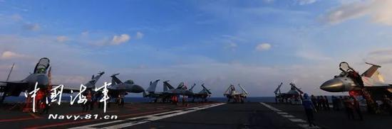 ▲航母甲板战鹰列阵。记者张雷 摄