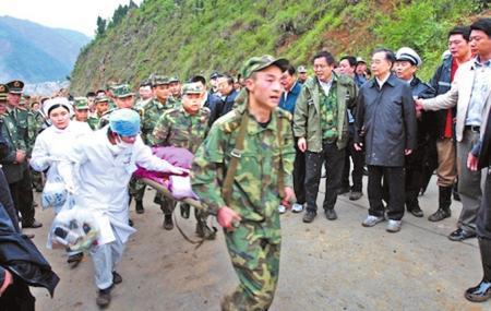 2008年5月14日,国务院总理温家宝抵达地震重灾区北川察看灾情时,几名战士抬着小女孩宋馨懿从县城方向跑过来,温家宝和随行人员赶紧让路