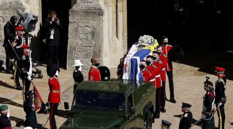 菲利普亲王葬礼举行 哈里梅根送去花圈和手写信