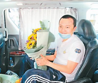 8月14日,在香港玛嘉烈医院,环球网记者付国豪坐车离开医院。新华社记者 王 申摄