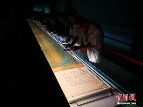 资料图:2017年,故宫展出北宋名画《千里江山图》,掀起看展热潮。中新社记者 杨可佳 摄